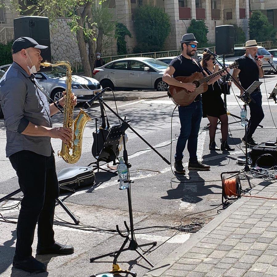 להקת ארגון עובדי הסוכנות היהודית שרה לתושבי עמיגור