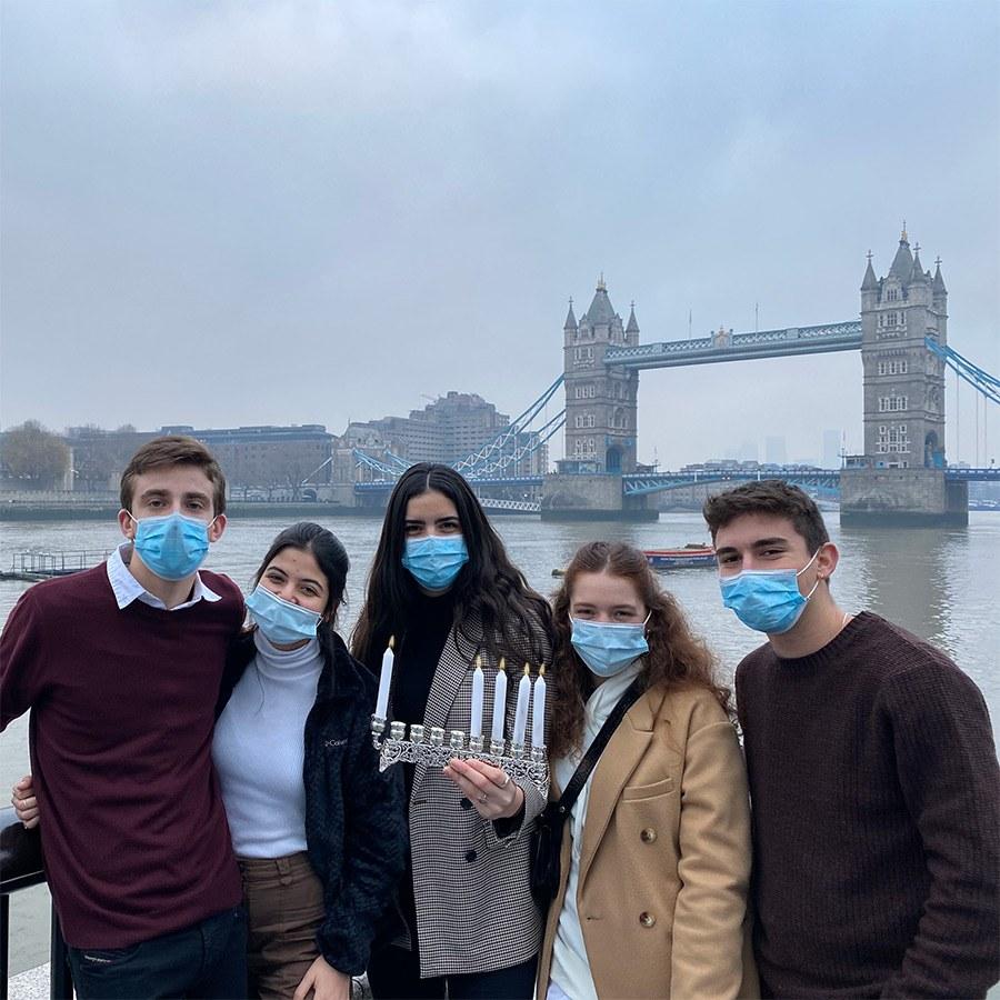 השליחים שלנו בלונדון מדליקים נר רביעי ליד גשר מצודת לונדון
