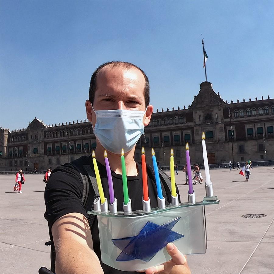 שליחנו במקסיקו מדליק נר חמישי של חנוכה
