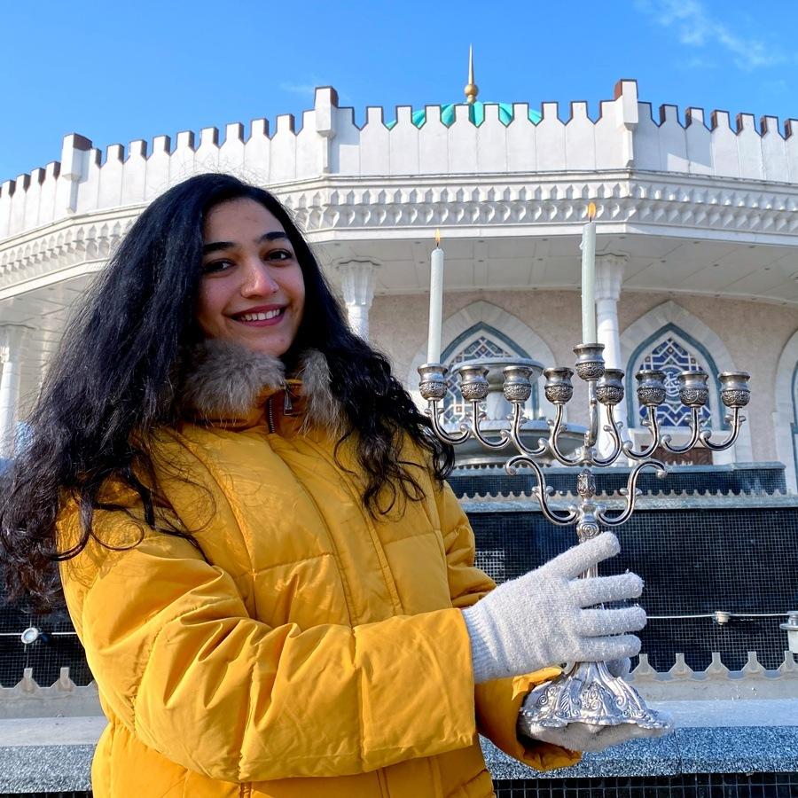 השליחה שלנו באוזבקיסטן מדליקה חנוכייה בטשקנט