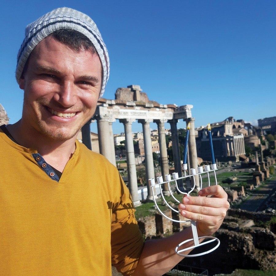 השליח שלנו באיטליה מדליק נר ראשון בפורום שברומא
