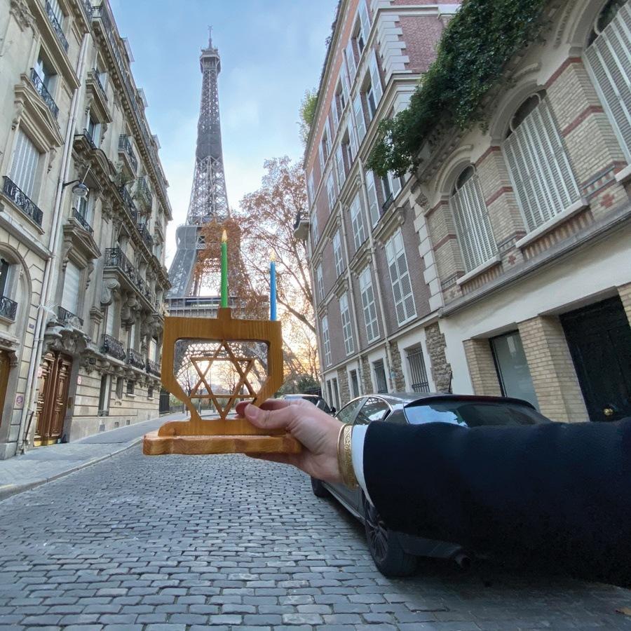 השליח שלנו בצרפת מדליק נר ראשון על רק מגדל אייפל בפריז
