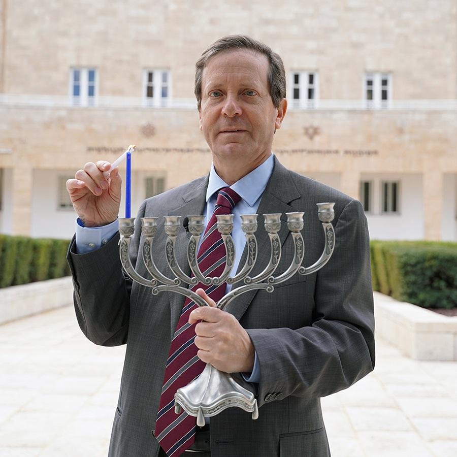 יצחק הרצוג מדליק נר ראשון של חנוכה ברחבת המוסדות הלאומיים בירושלים