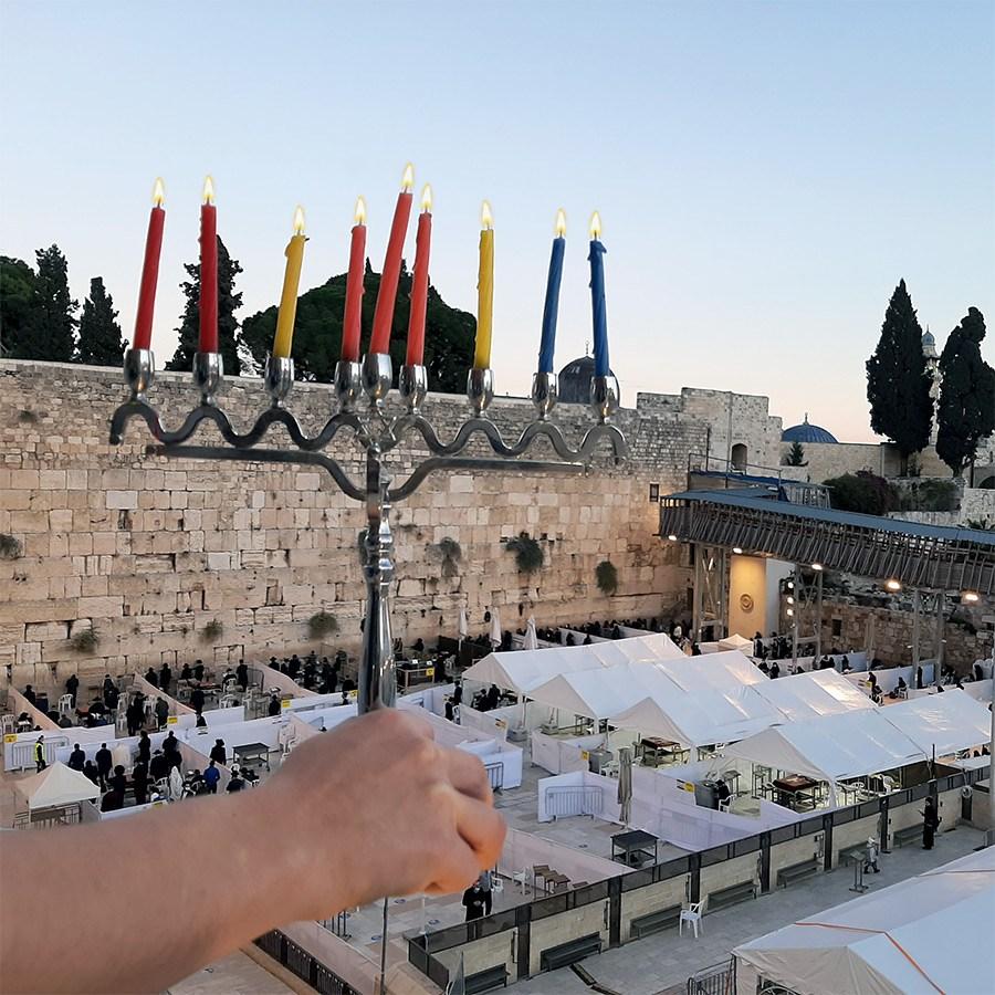 נר שמיני של חנוכה ברחבת הכותל בירושלים